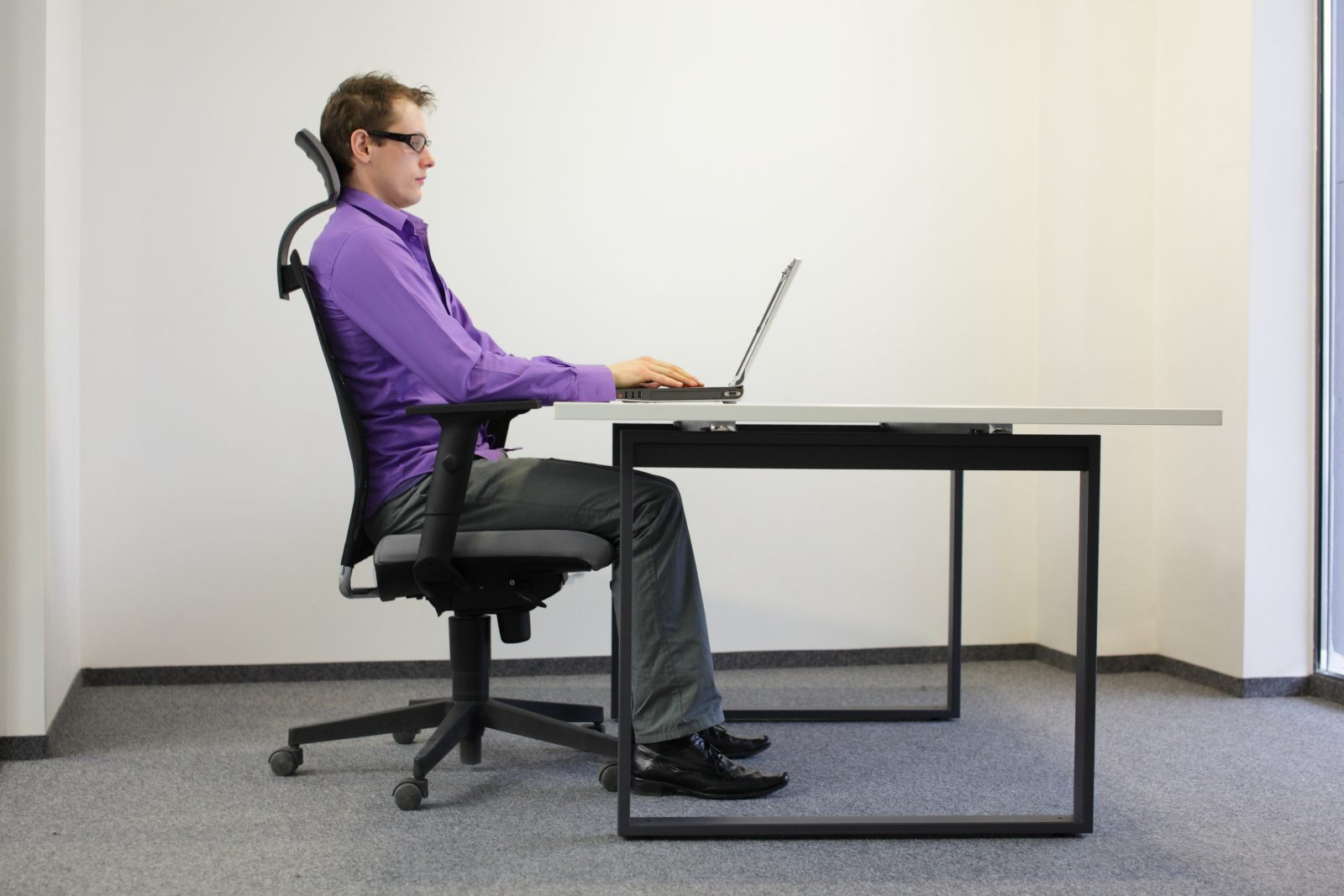 computer ergonomics in the work place Prolonged computer work also can cause physical stress that eventually could lead to a disability here's the good news: you can reduce computer-related discomfort by becoming more aware of your body ergonomics is the science of designing a job, equipment and/or workplace to fit the worker.